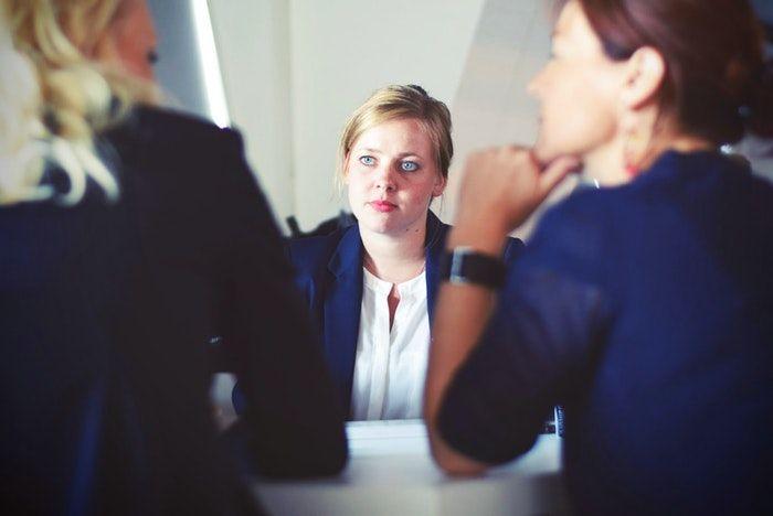por que deberiamos contratarte a ti y no a otra persona - respuesta a preguntas entrevista de trabajo