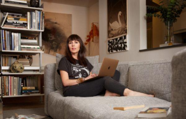Laura Belgray trabajando desde el sofa de su casa