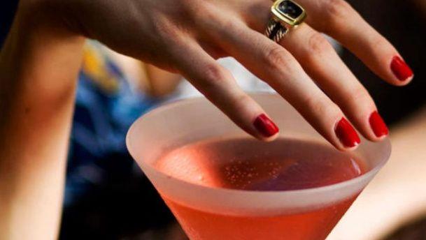 pintauñas que detecta drogas en bebidas